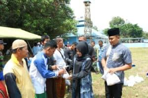 Komandan Lanud Iskandar didampingi Ketua Pia Ardhya Garini Cab.12/D.II Lanud Iskandar Bagikan Daging Kurban ke Masyarakat