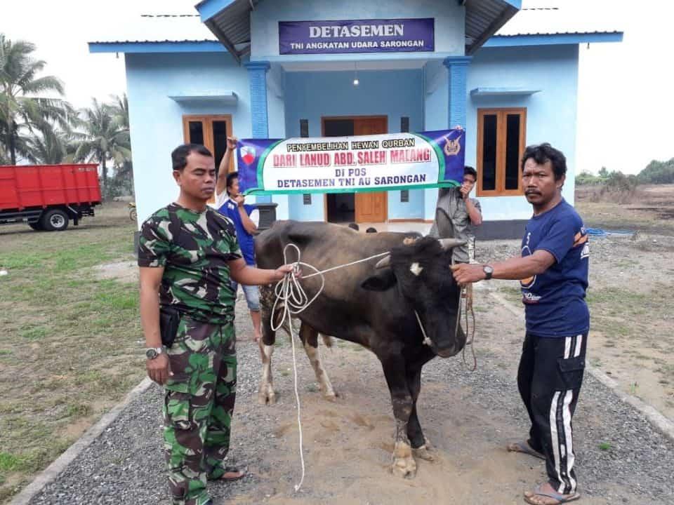 Komandan Pos TNI AU Sarongan Serahkan Hewan Kurban