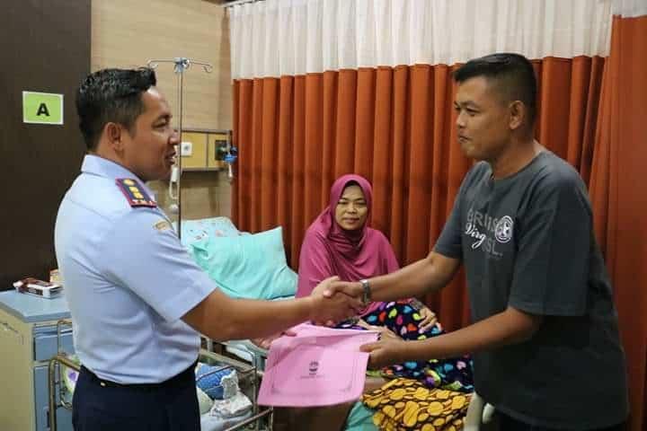 Peduli Dengan Anggota, Komandan Lanud J.b. Soedirman Jenguk Anggotanya Yang Sedang Sakit
