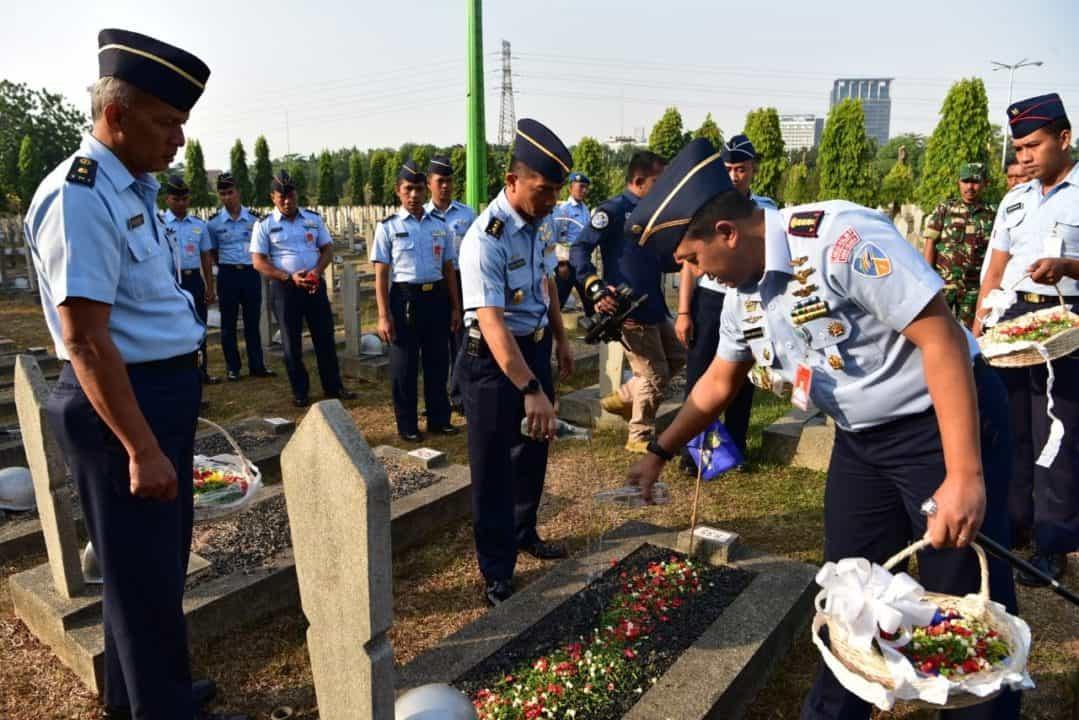 Peringati Hari Jadi Ke-67, Anggota Lanud Halim Perdanakusuma Tabur Bunga Di Tmp Kalibata