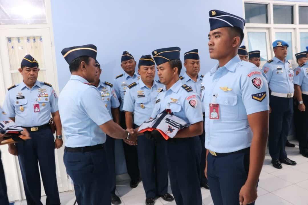 Motivasi Semangat Personel, Pangkoopsau III Serahkan Baju Kerja Lapangan dan Baju Olahraga