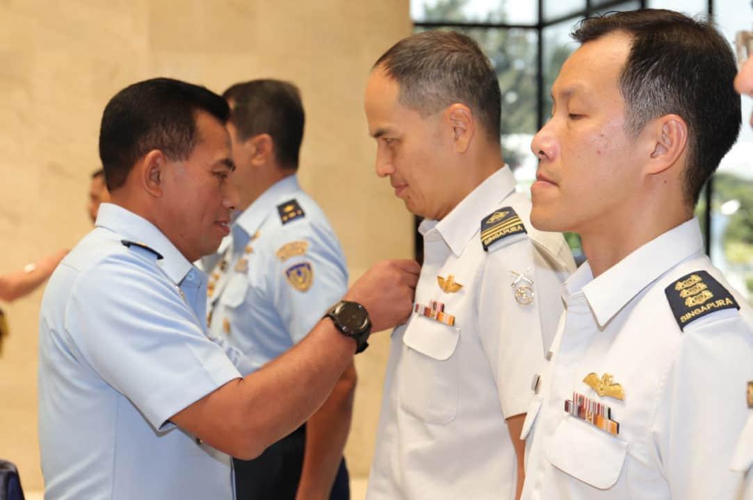 Pererat Kerja Sama Bilateral, Kasau dan CAF RSAF Sematkan Wing Penerbang Kehormatan