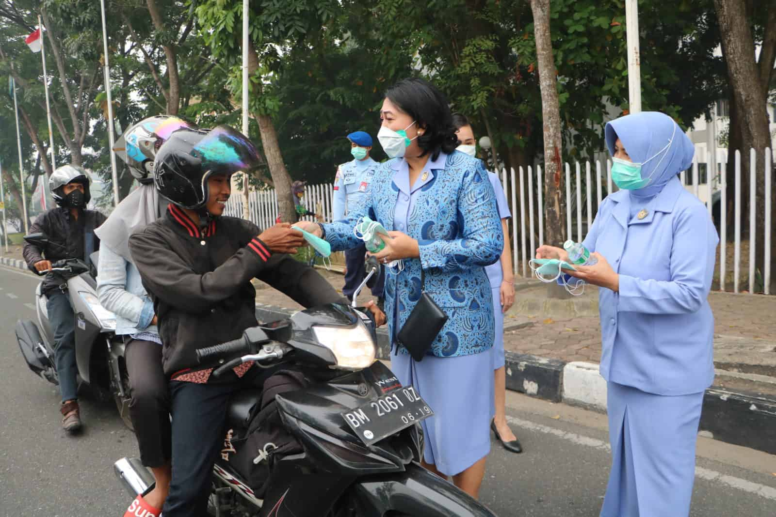 PIA Ardhya Garini Cab.12/D.I Lanud Rsn Bagikan Masker Kepada Masyarakat