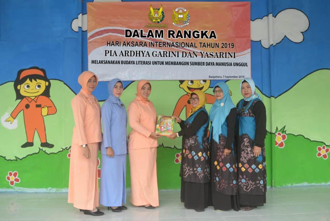 PIA AG Cab.11/D.II Lanud Sjamsudin Noor dan Yasarini Pengurus Cabang Lanud Sjamsudin Noor Berikan Bantuan Buku Kepada TK Angkasa 2 Lanud Sjamsudin Noor