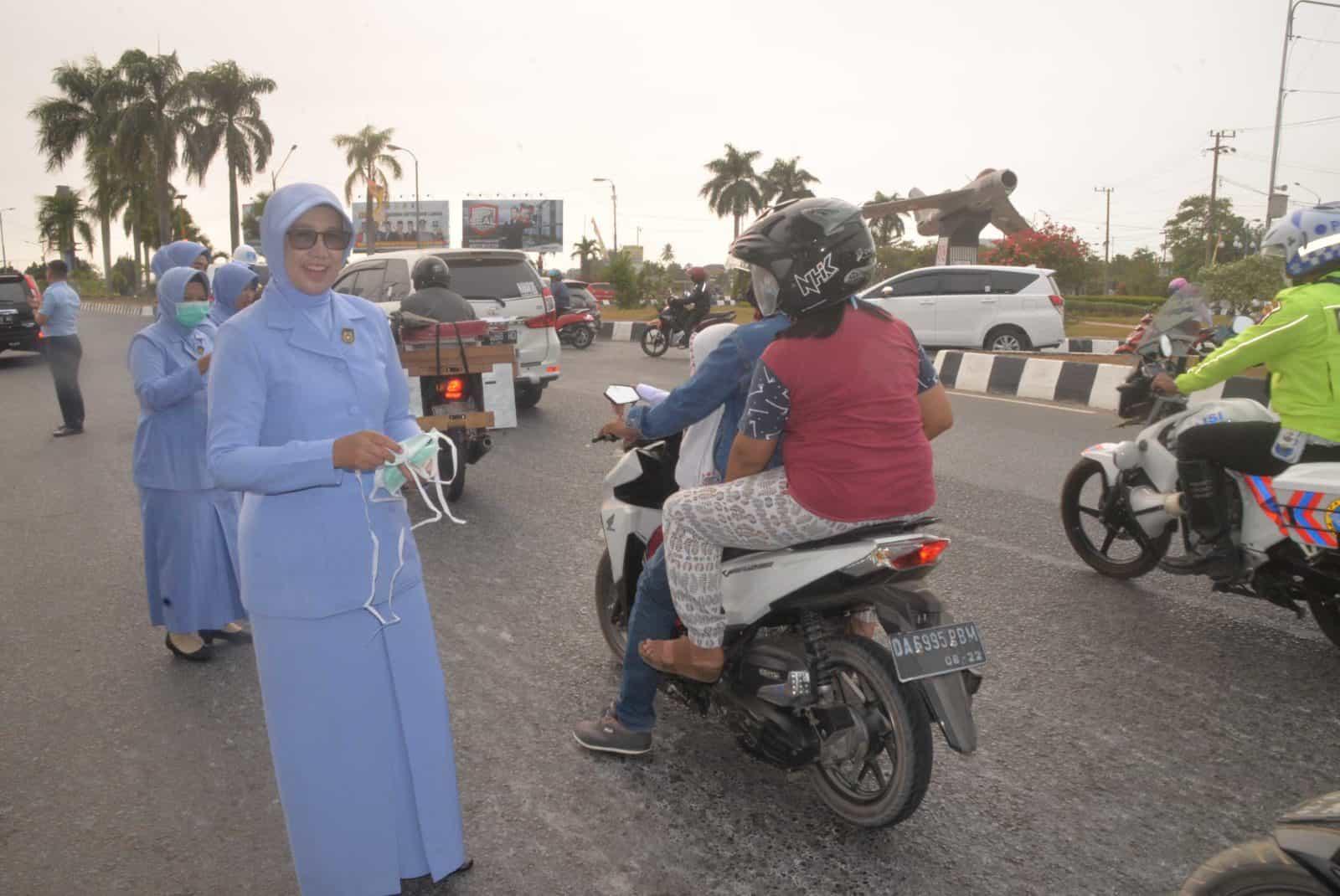 PIA Ardhya Garini Cab 11/D II Lanud SAM Membagikan Masker Untuk Penngguna Jalan Raya dan Siswa-siswi TK Ankasa Lanud Sjamsudin Noor
