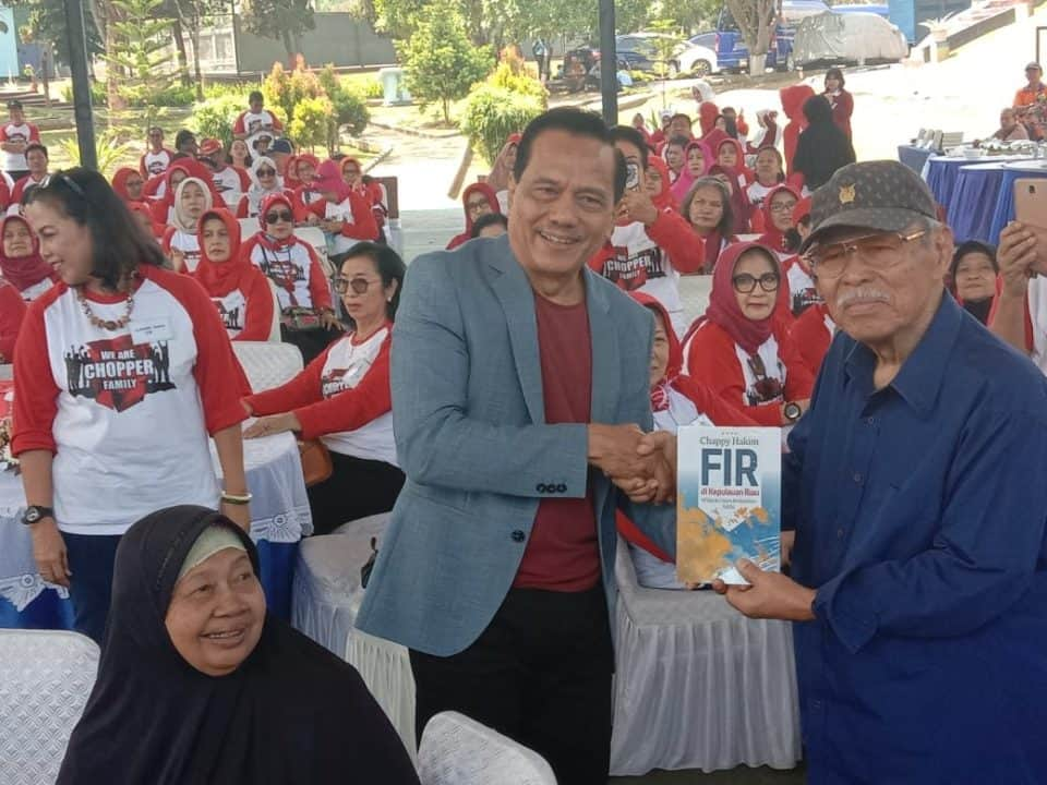 Marsekal TNI Purn Cheppy Hakim Bagi Buku Ke Keluarga Helikopter TNI AU