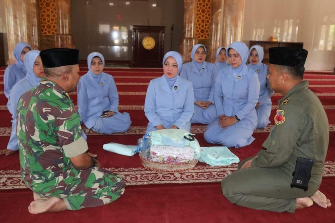 Peringati HUT ke-63, PIA Ardhya Garini Cabng 3/D.I Lanud Atang Sendjaja Bagikan Mukena di Masjid dan Musala