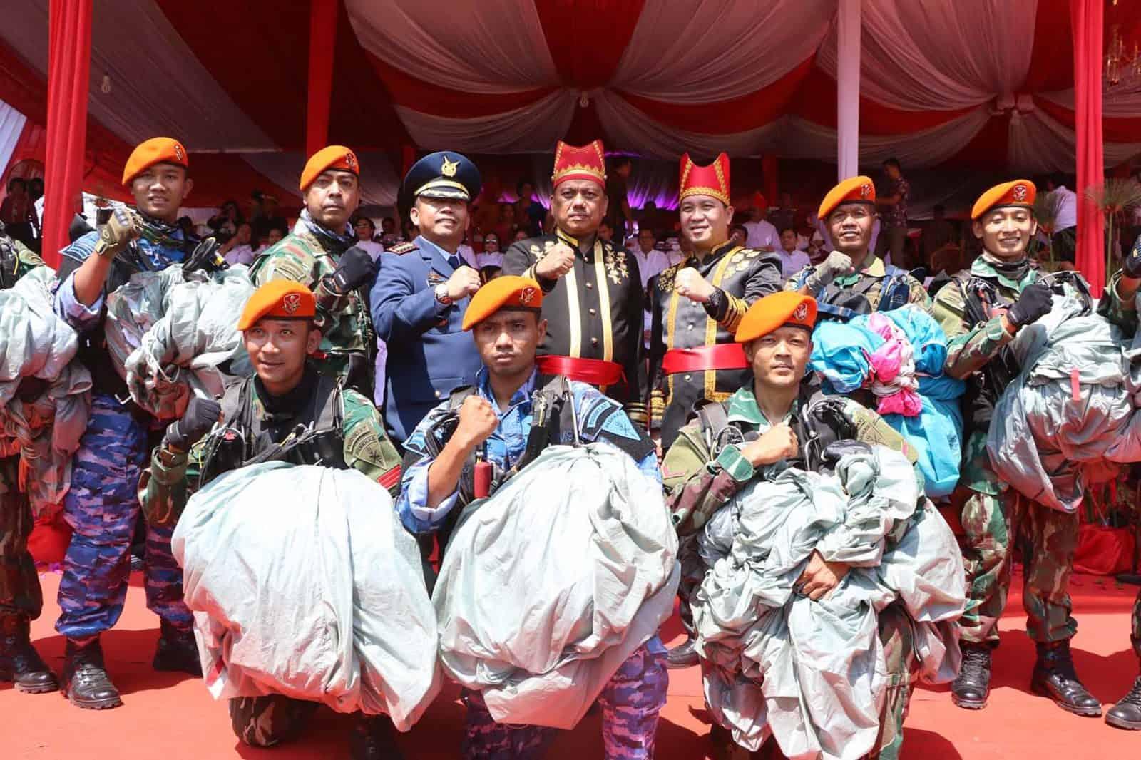 Atraksi Terjun Payung Paskhas Ramaikan HUT Provinsi Sulut ke-55