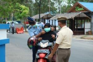 Lanud Iskandar dan Pia Ardhya Garini Cabang 12/Daerah II Lanud Iskandar Bagikan Masker ke MasyarakatBagikan