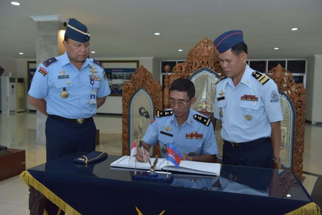10 Delegasi Royal Cambodian Air Force (RCAF) kunjungi Akademi Angkatan Udara