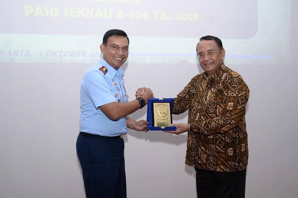 Prof. Dr. Makarim Wibisono, M.A-IS, M.A Beri Pembekalan kepada Pasis Sekkau A-106