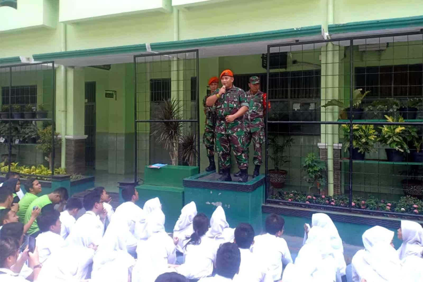 Satgas Pam Unras Yonko 462 Paskhas Melaksanakan Komsos di SMK Negeri 19 Jakarta Pusat