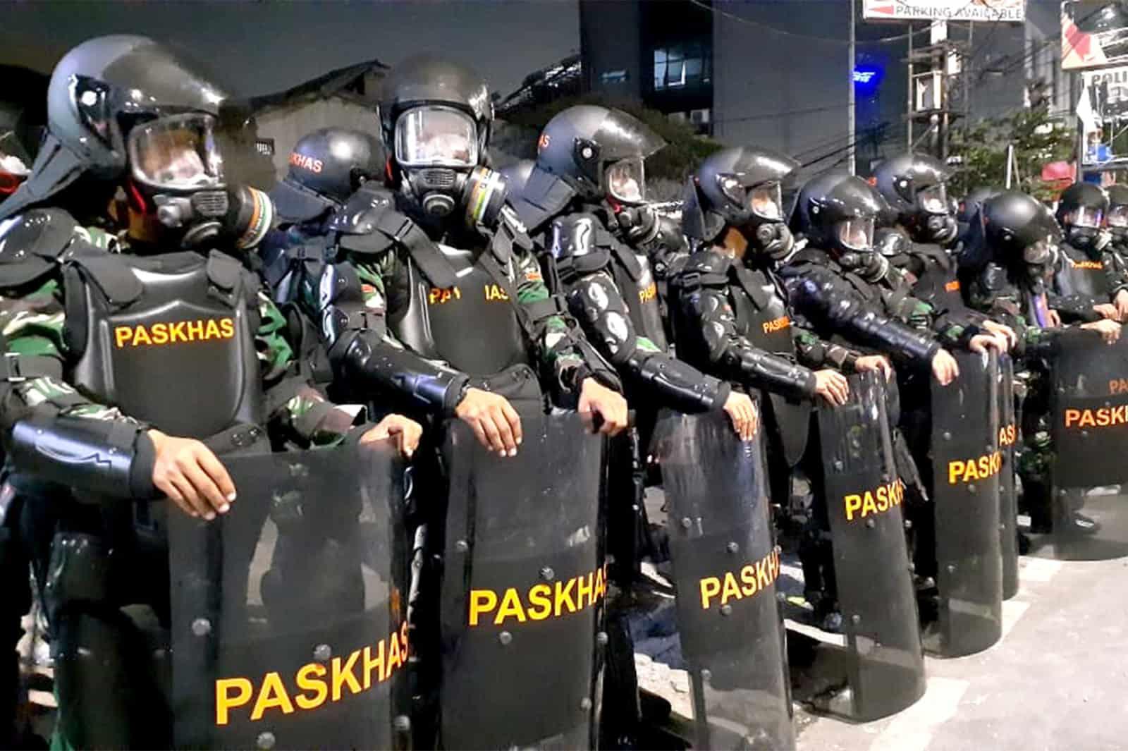 Yonko 462 Paskhas Amankan Polsek Tanah Abang Dari Aksi Demo Anarkis
