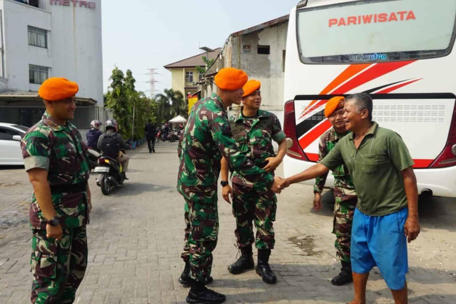 Pasca Kerusuhan, Satgas Pam Unras Batalyon Komando 462 Paskhas Melaksanakan Komsos Dengan Masyarakat Sekitar