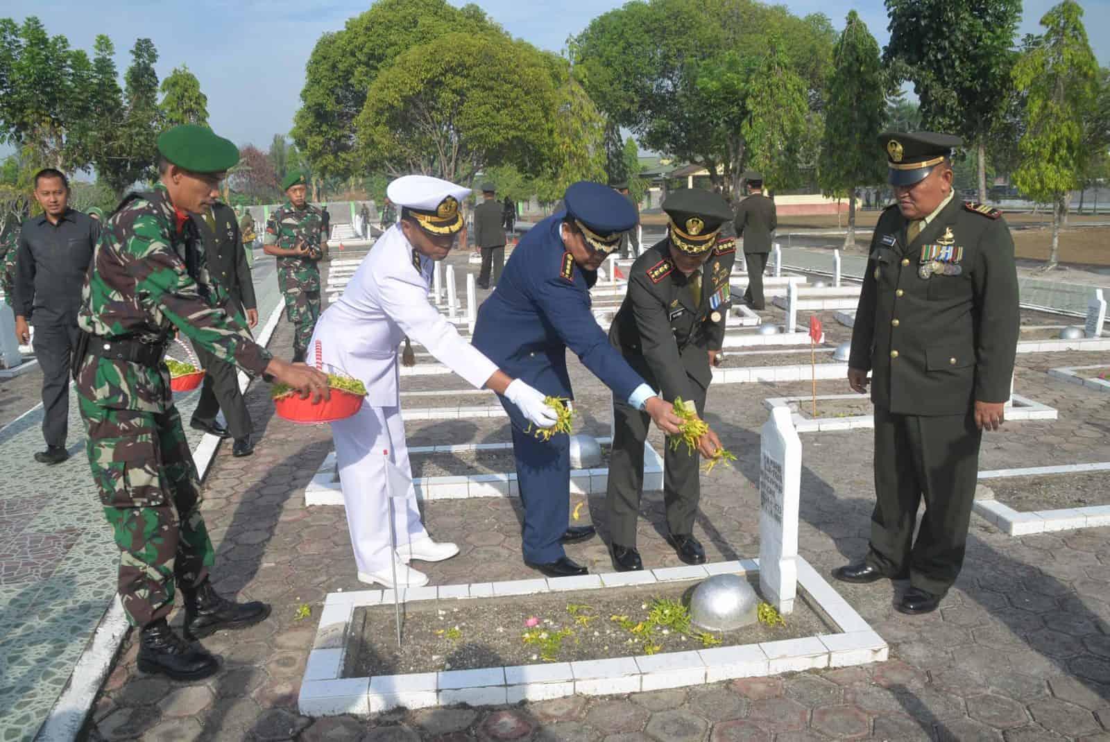 Lanud Sjamsudin Noor Ikuti Upacara Ziarah Nasional Memperingati HUT TNI Ke-74 di TMP Bumi Kencana Banjarmasin