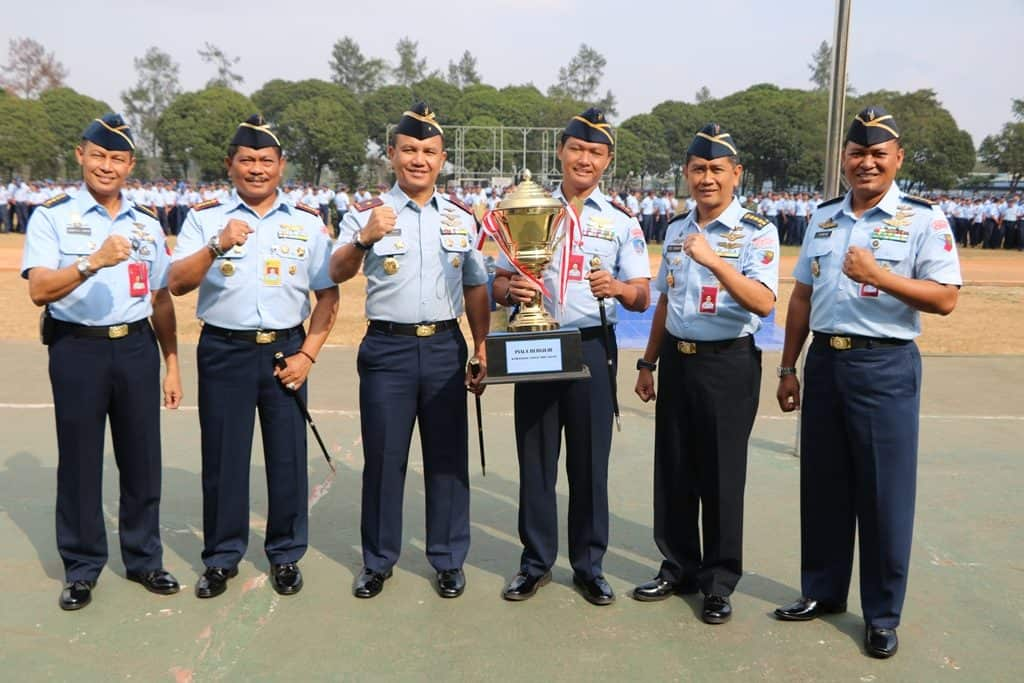 Komandan Lanud Abd Saleh Serahkan Hadiah Pemenang Pertandingan Olah Raga HUT TNI ke-74