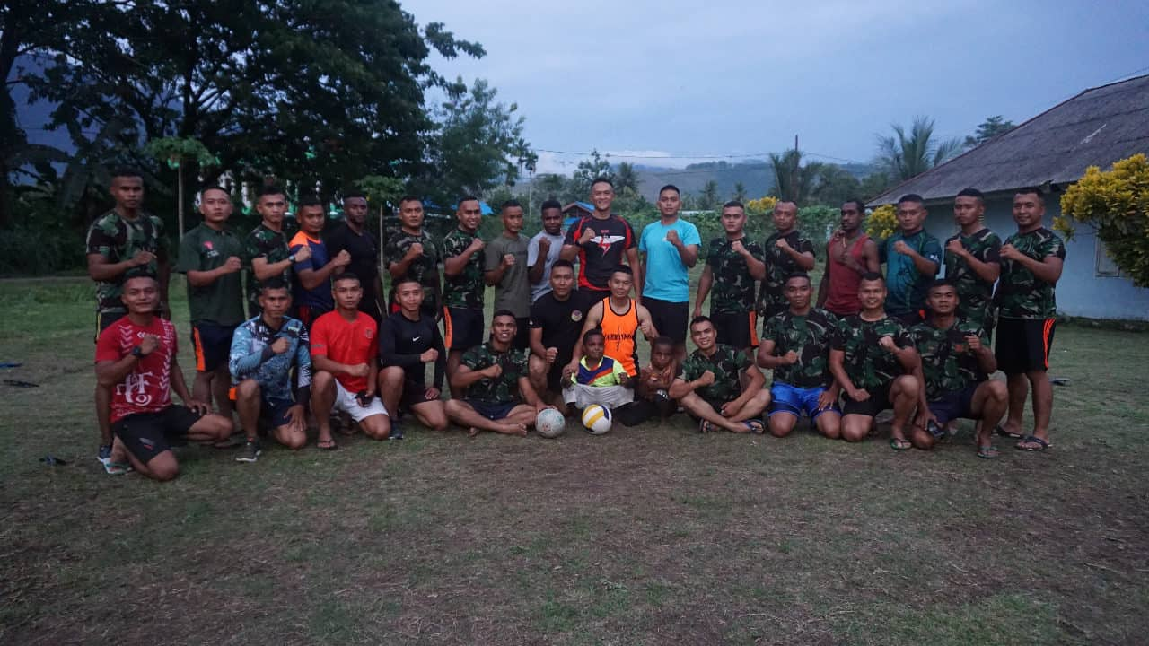 Satgas Pamrahwan Papua Yonko 462 Paskhas Melaksanakan Olah Raga Bersama Masyarakat SentaniI