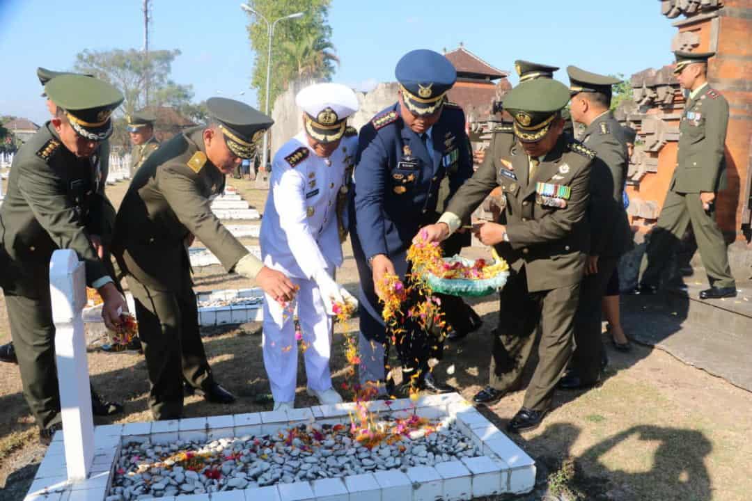 HUT Ke-74 TNI, Danlanud I Gusti Ngurah Rai Hadiri Ziarah Nasional di TMP Pancaka Tirtha