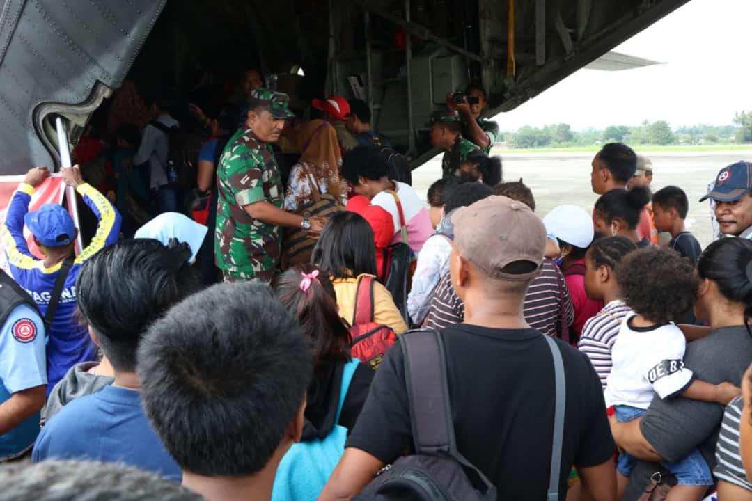 Danlanud SPR Melepas Pemulangan Pengungsi Ke Wamena