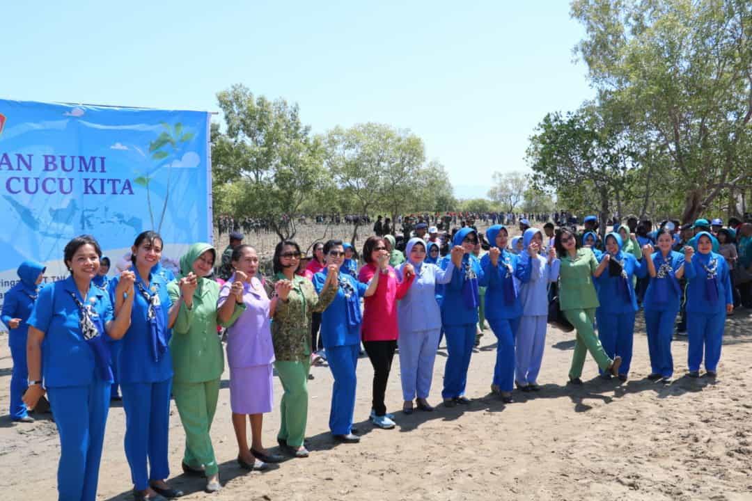 Penanaman 300.074 Pohon Mangrove Peringatan HUT TNI Ke-74 NTT