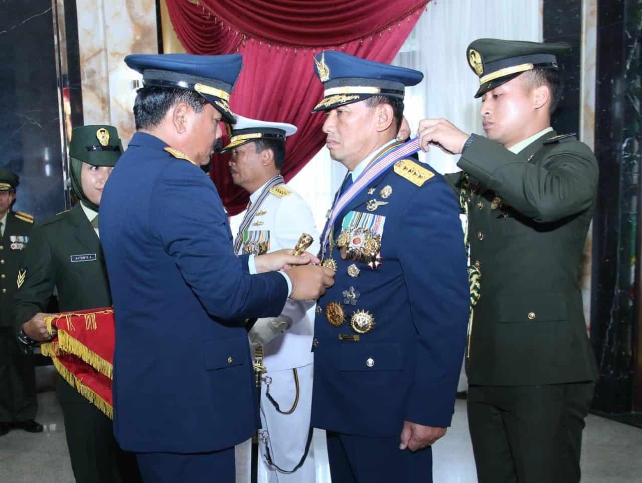 Kasau Terima Tanda Kehormatan Bintang Kartika Eka Paksi Utama dan Bintang Jalasena Utama