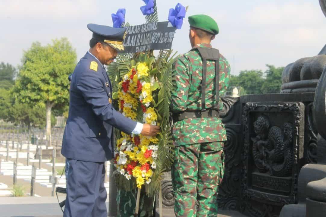 Kepala RSPAU dr.S.Hardjolukito Pimpin Upacara Ziarah Nasional HUT ke-74 TNI di TMP Kusumanegara
