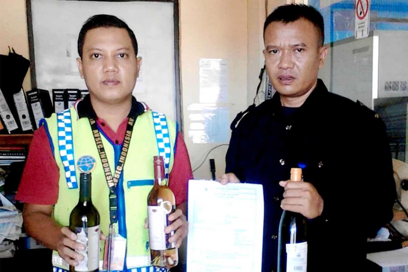 Satgas Pamrahwan Yonko 462 Paskhas Pos Jayapura Gagalkan Pengiriman Minuman Keras