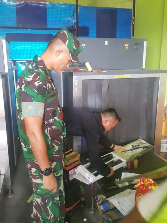Dansatgas Pamrahwan Yonk0 462 Paskhas Melaksanakan Pengecekan Barang Terlarang di X-Ray Bandara
