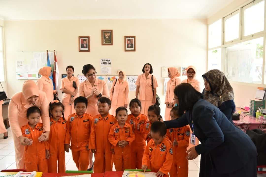 Ketua Yasarini Cabang Lanud Adisutjipto Resmikan Rehabilitasi Ruang Kelas TK Angkasa
