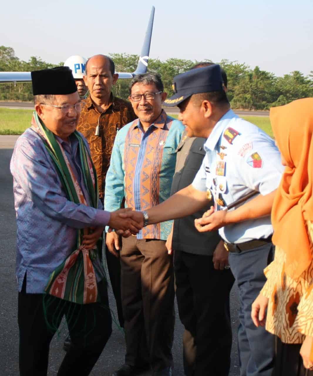 Bapak Dr. Drs. H. Jusuf Kalla mendarat di Lanud dan disambut Danlanud Haluoleo.