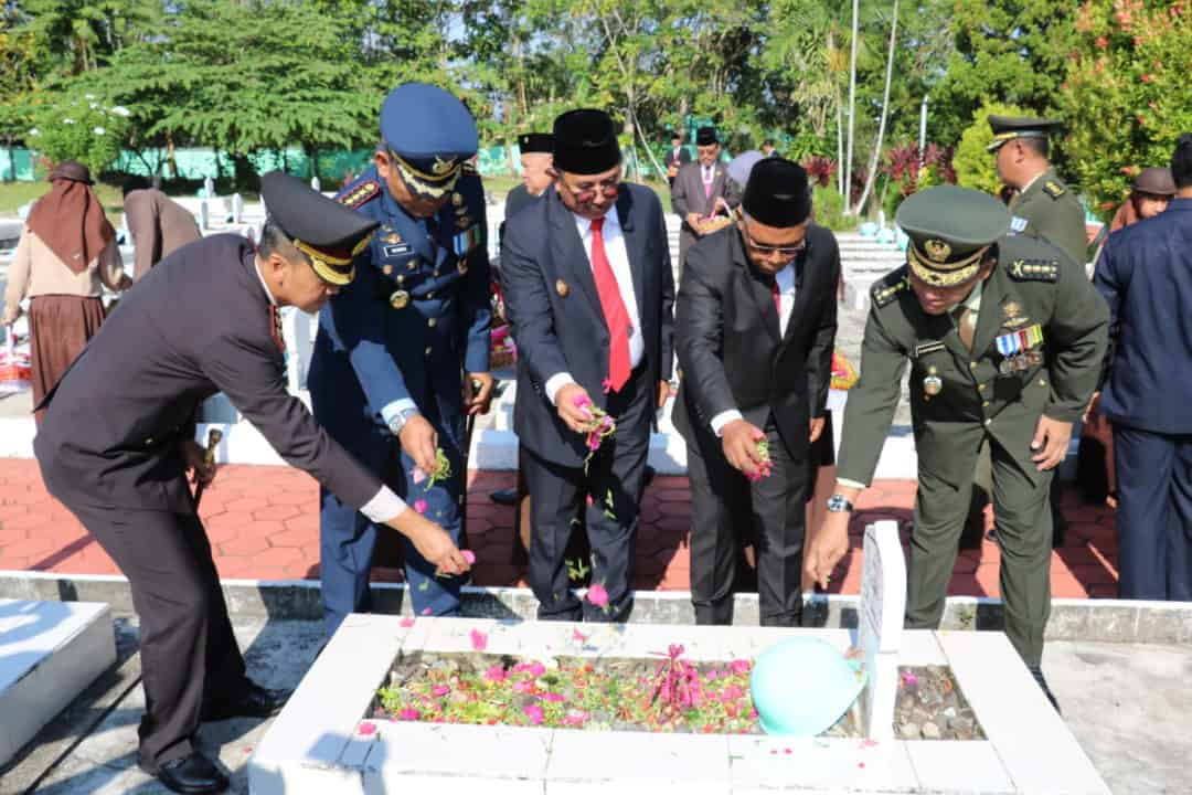 Komandan Lanud Dhomber Hadiri Ziarah dan Tabur Bunga Hari Pahlawan