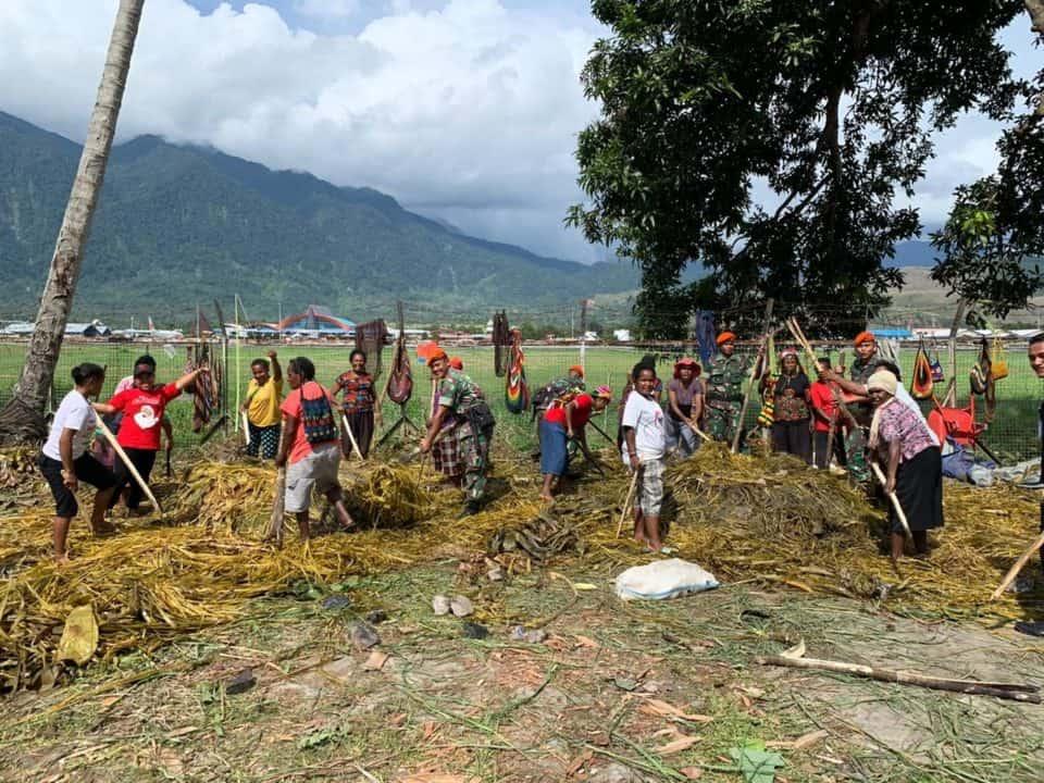 Satgas Pamrahwan Yonko 462 Paskhas Menghadiri Acara Tradisi Bakar Batu