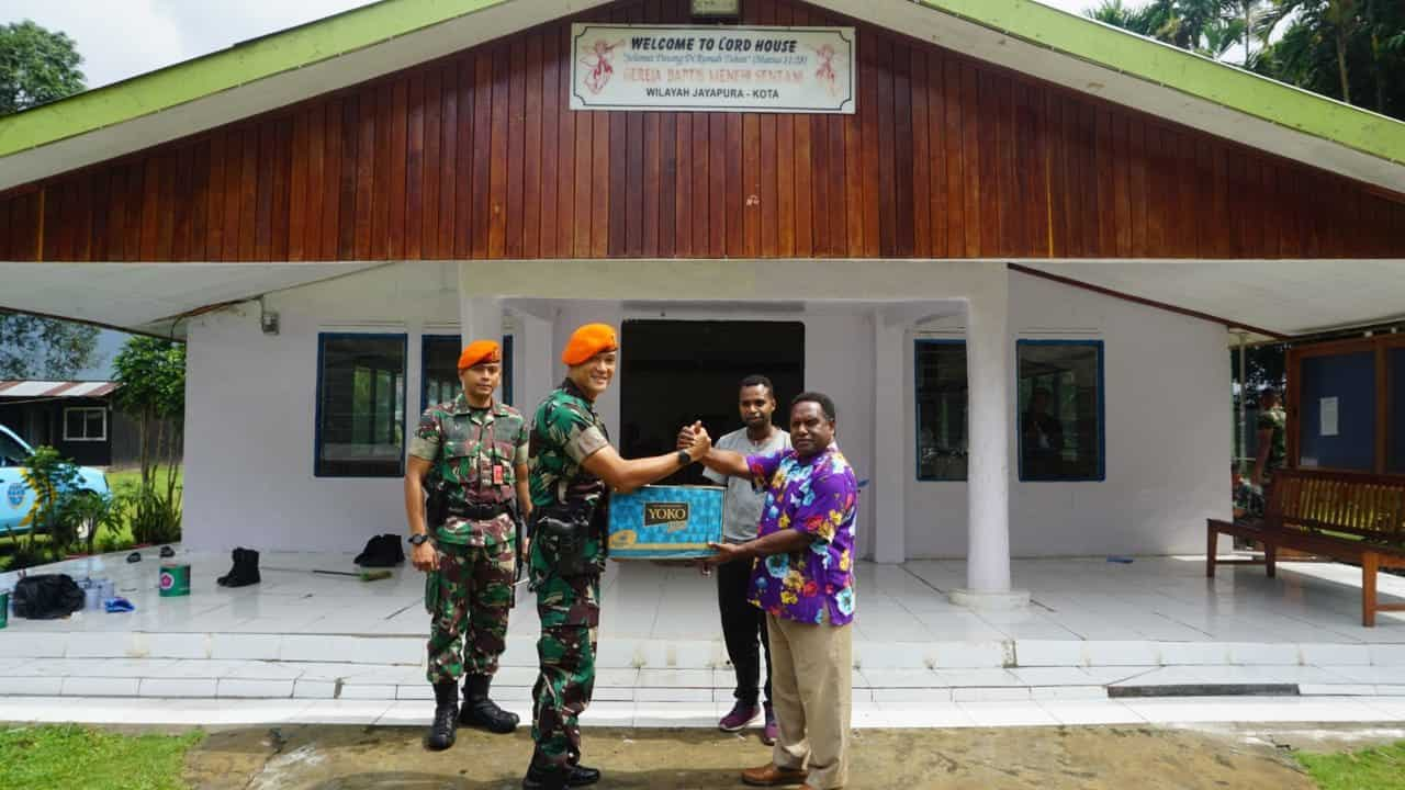 Satgas Pamrahwan Yonko 462 Paskhas Melaksanakan Karya Bhakti Bersama Masyarakat