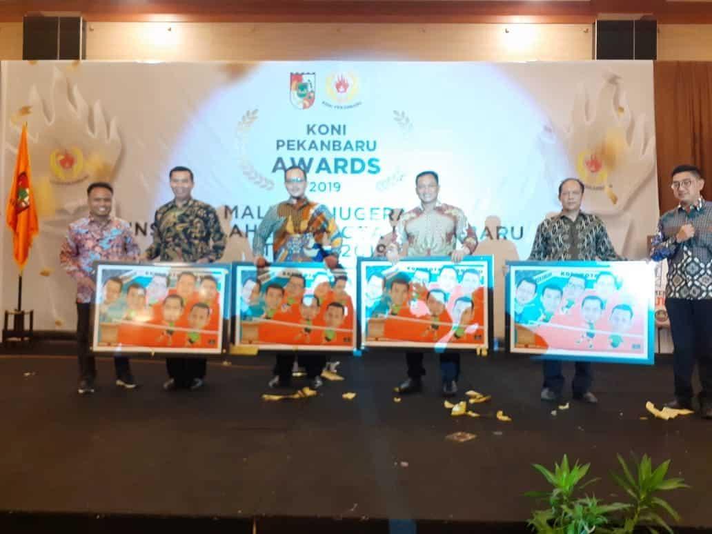 "Kadispers Lanud Rsn, Terima ""Award"" Dari KONI Pekanbaru"