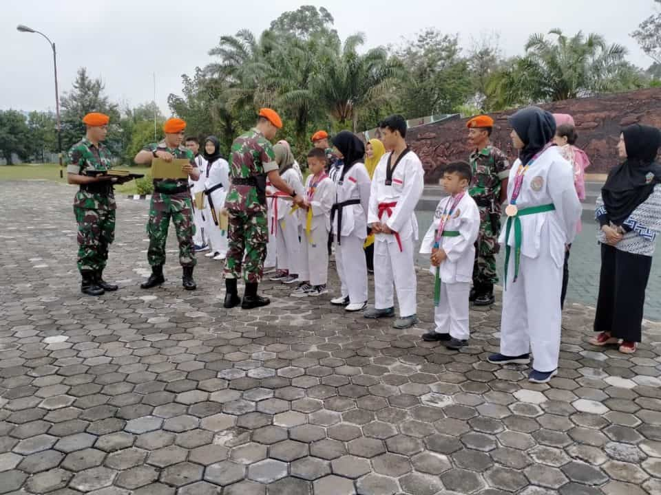 Yonko 462 Paskhas Berikan Penghargaan Kepada Anak Prajurit Yang Berprestasi