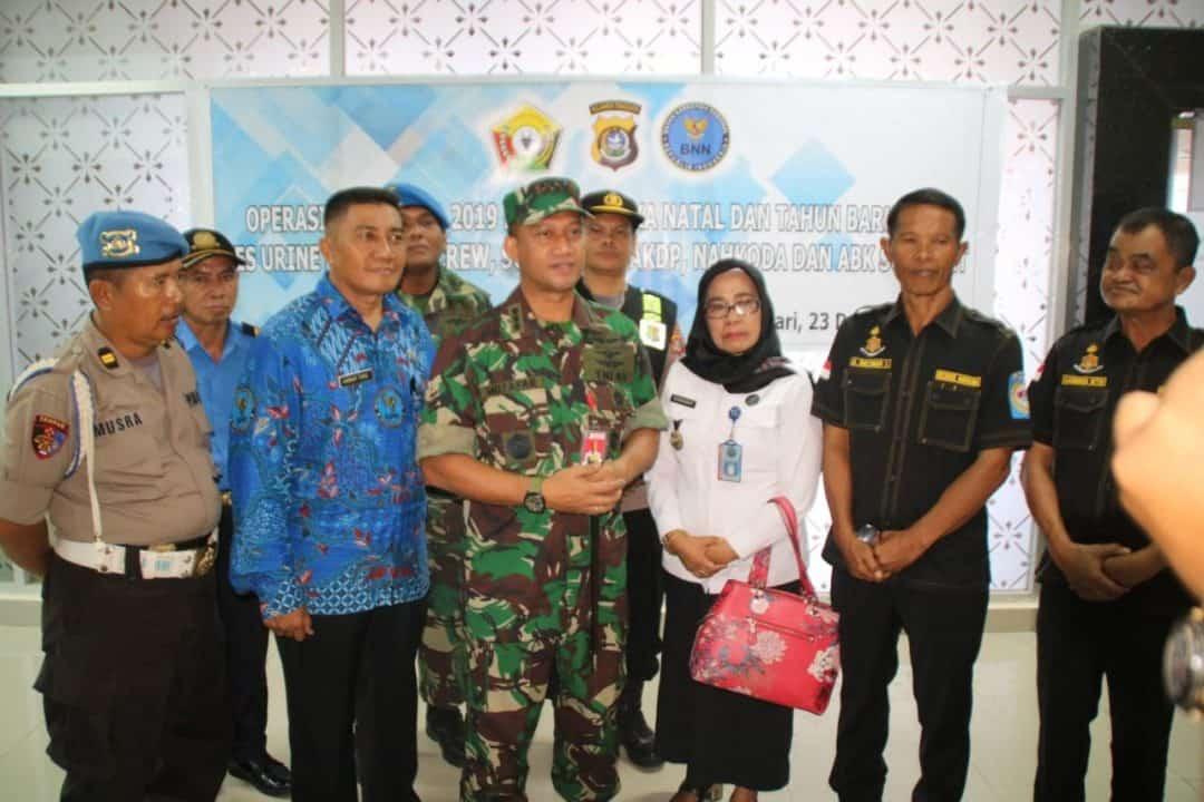 Lanud Haluoleo dan Ditreskrim Narkoba Polda Sultra Gelar Tes Urine Pilot dan Crew Pesawat di Bandara Haluoleo.