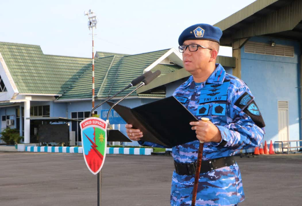 Danlanud Supadio Pimpin Upacara Bendera
