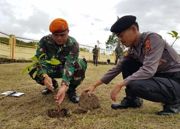 Satgas Pamrahwan Yonko 462 Paskhas Pos Bandara Oksibil Mengikuti Kegiatan Penanaman Pohon