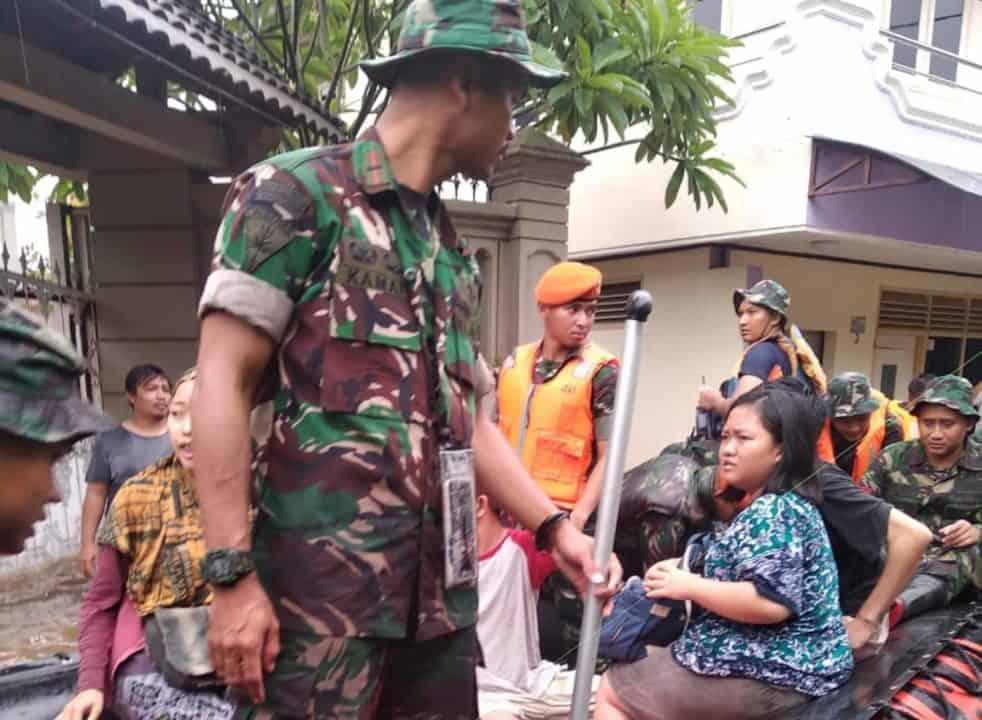 Yonko 461 Paskhas Evakuasi Korban Banjir Jakarta