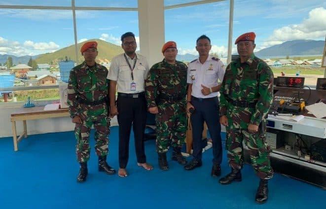 Danpos Pamrahwan Paskhas Bandara Enarotali Beserta Kepala Bandara Meninjau Operasional Kerja