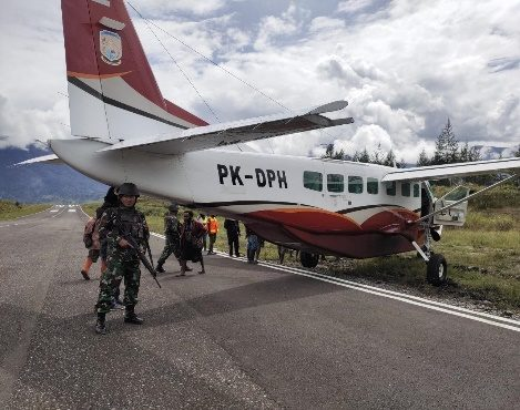 Satgas Pamrahwan Yonko 462 Paskhas Pos Ilaga Amankan Pesawat Dabi Air Yang Mengalami Rusak Ringan