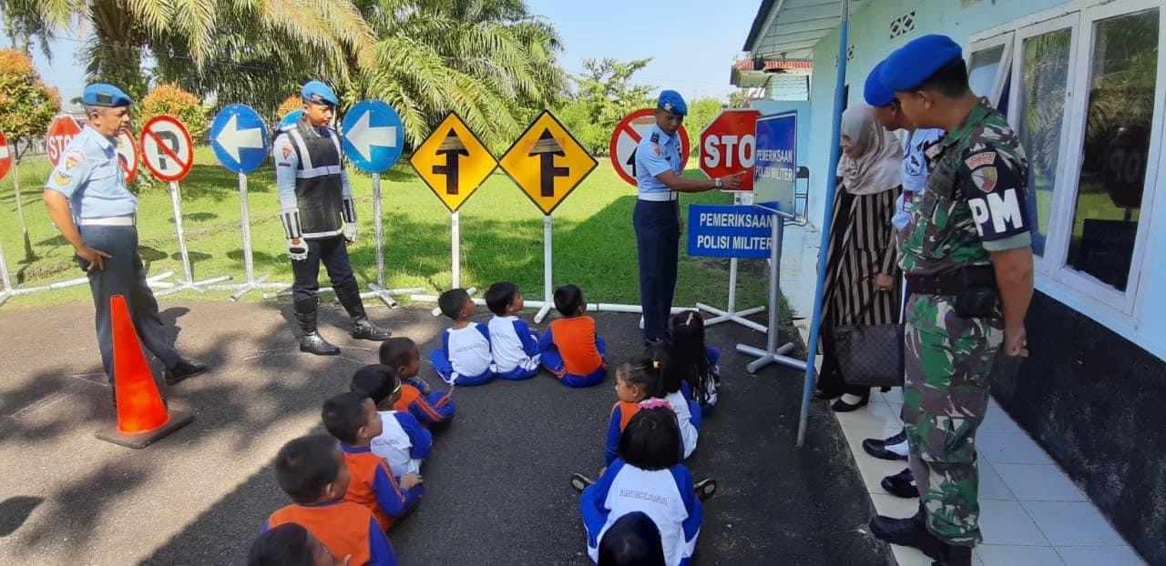 Anak-anak TK Angkasa Lanud Sutan Sjahrir Kunjungi Satpom Lanud Sutan Sjahrir Dalam Rangka Memperkenalkan Rambu-rambu Lalu Lintas Di Satpom Lanud Sutan Sjahr