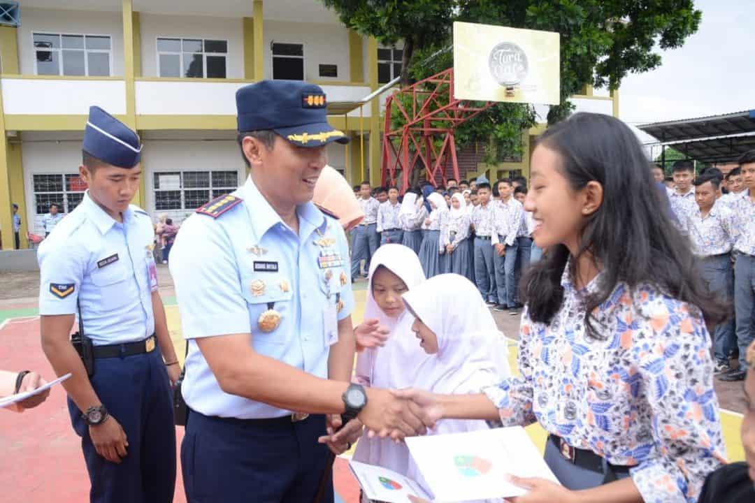 Danlanud Husein Sastranegara Berikan Reward kepaa 15 Siswa Siswi Berprestasi Sekolah Angkasa