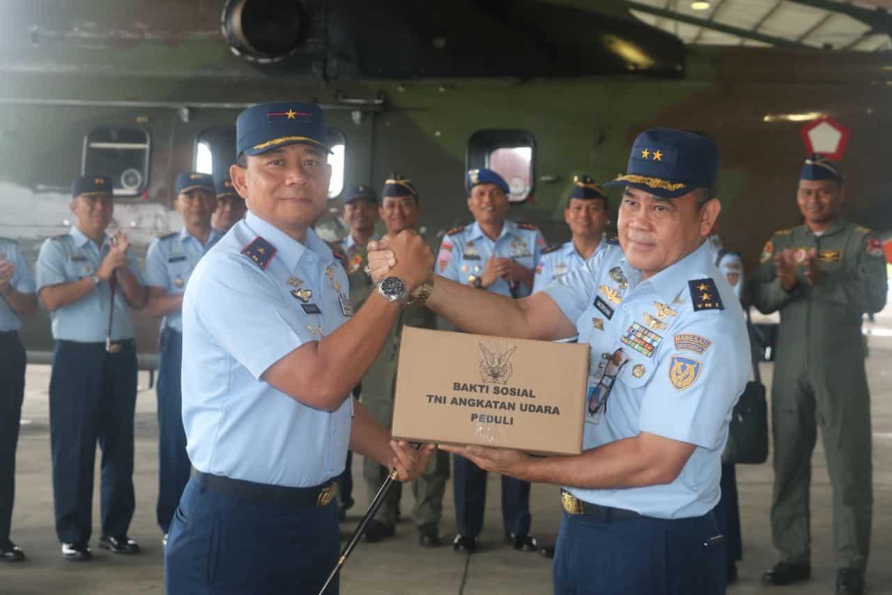 Peduli Korban Banjir, TNI AU Serahkan Bantuan di Lanud Atang Sendjaja