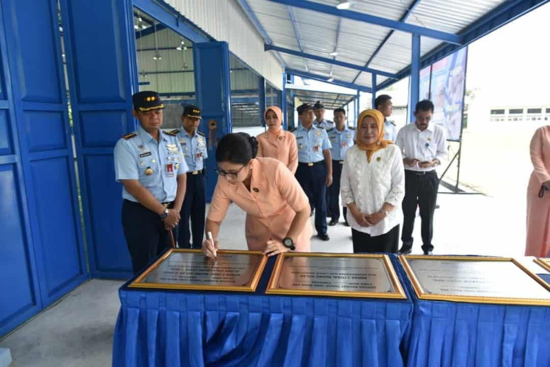 Ketua Yasarini Cabang Lanud Adisutjipto resmikan pembangunan dan rehab ruang klas SMK Penerbangan