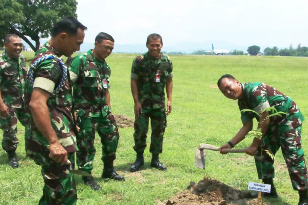 Komandan Lanud Adisutjipto Laksanakan Pencanangan bulan penanaman pohon