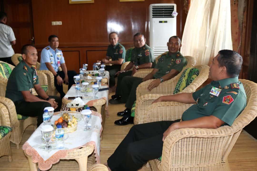Komandan Lanud Sjamsudin Noor Sambut Kunjungan Dankodiklat TNI AD