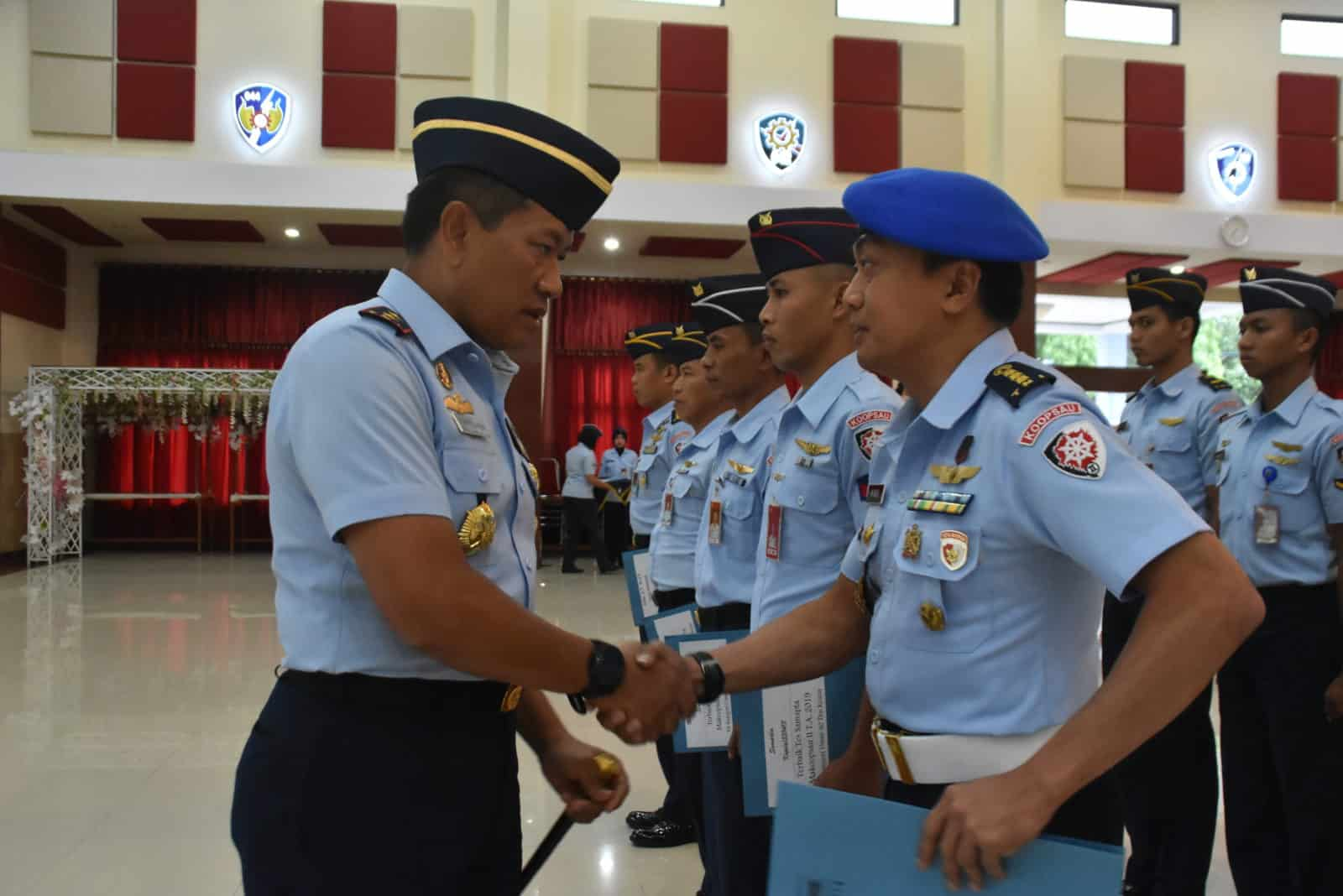 Pangkoopsau II Memberikan Penghargaan kepada Prajurit dan PNS KoopsauII yang Berprestasi