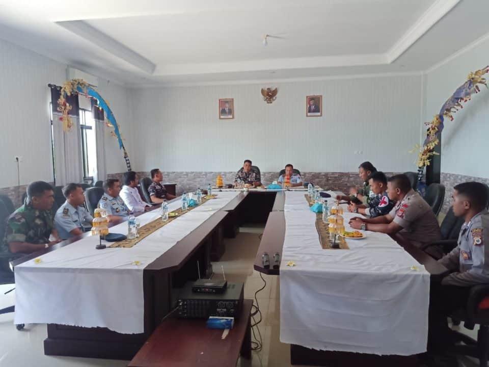 Danlanud D. Dumatubun menghadiri rapat di Mako lanal Tual