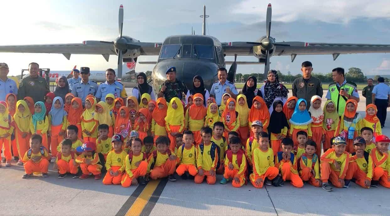 Lanud I Gusti Ngurah Rai Kenalkan Dunia Kedirgantaraan kepada Siswa TK Qomar